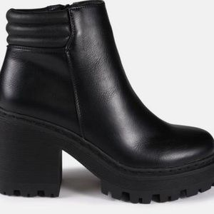Black fake leather ankle boats